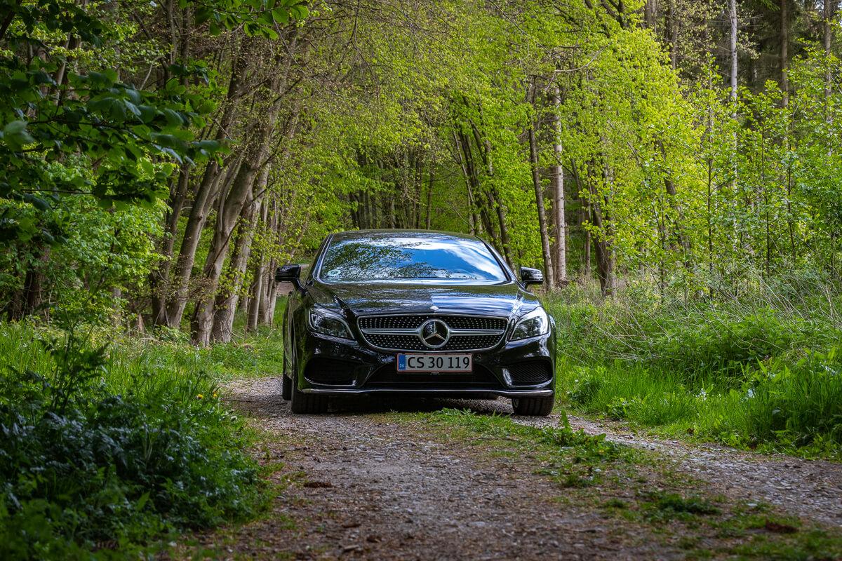 Mercedes CLS i skoven bil fotografering